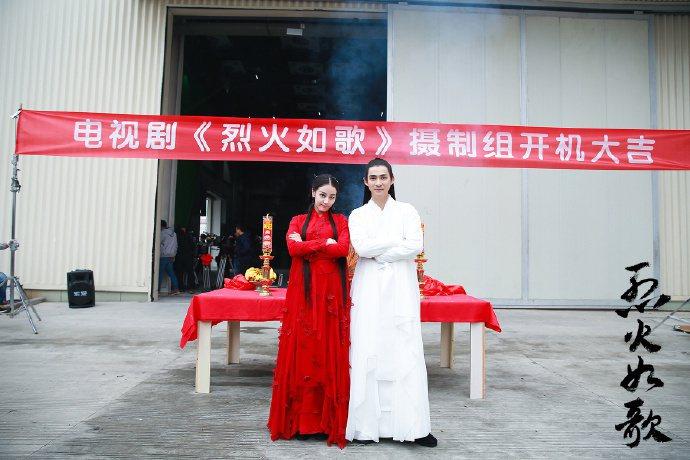 周渝民(右)與迪麗熱巴出席「烈火如歌」開機儀式。圖/摘自微博