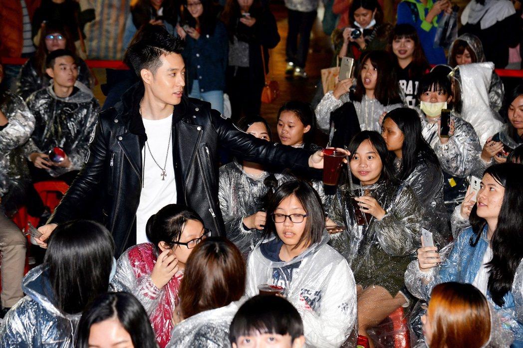 周湯豪分贈茶飲給現場歌迷。圖/衛視中文台提供