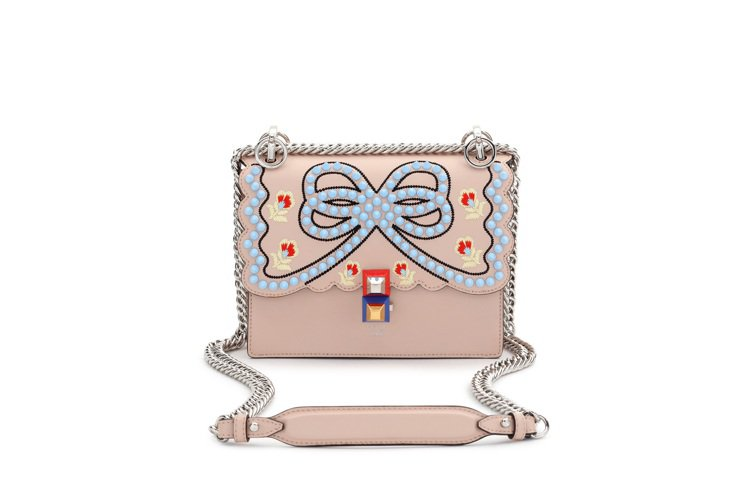 歐陽娜娜款mini Kan I粉膚立體雕花鍊包,售價74,000元。圖/FEND...