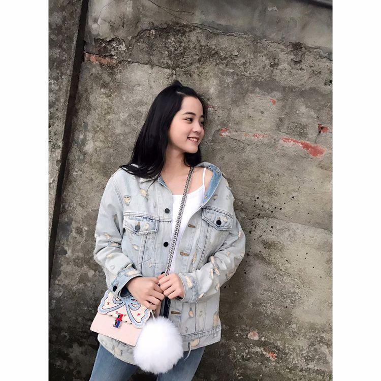 歐陽娜娜展現mini Kan I粉膚立體雕花鍊包的俏麗,售價74,000元。圖/...