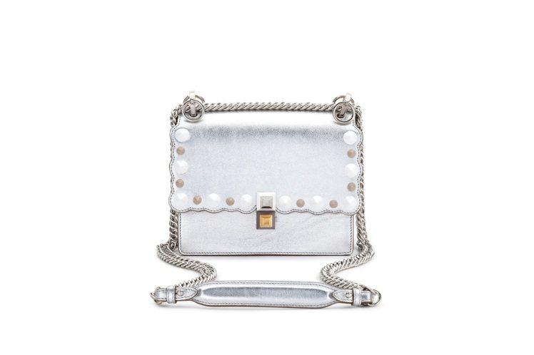 Mini Kan I銀色鍊包,售價74,000元。圖/FENDI提供