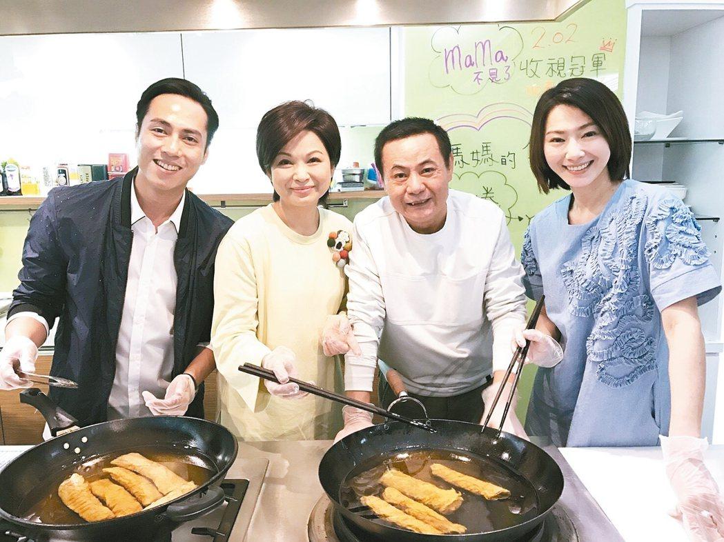 侯怡君(右起)、蔡振南、楊貴媚、莊凱勛31日為「媽媽不見了」慶功。 圖/民視提供