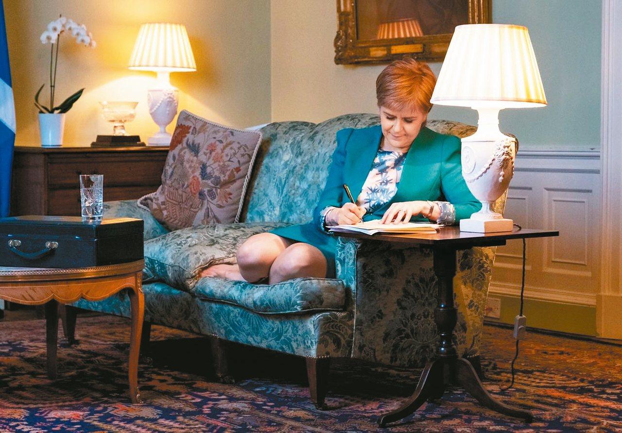 蘇格蘭首席大臣史德金專心修改向英國首相梅伊申請授權舉辦二次獨立公投的提案。 (歐...