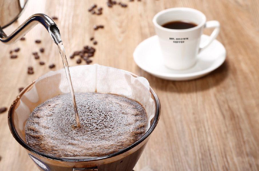 作者道出初次嚐咖啡的感覺...「當第一口咖啡流進齒舌間,那充滿神祕香氣的液體頓時...
