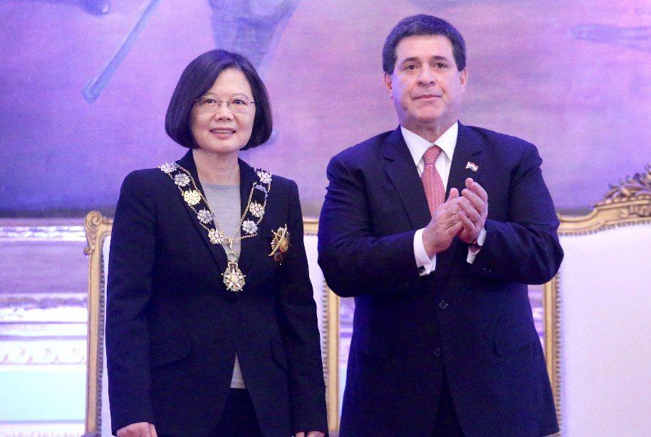 蔡英文總統去年訪巴拉圭,接受巴國總統卡提斯贈勳、簽署聯合聲明,及見證兩國外長簽署...