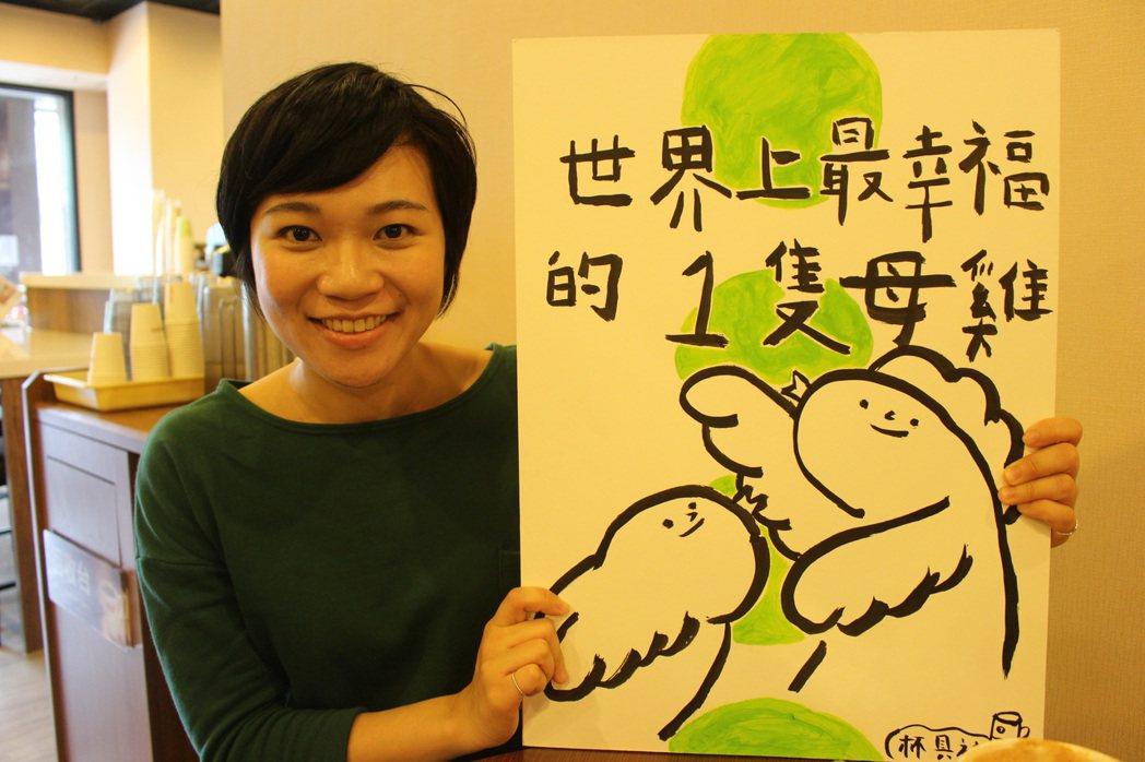 李昱伶製作小型戲劇「世界上最幸福的一隻母雞」,將長照故事以繪本的形式呈現。 記者...