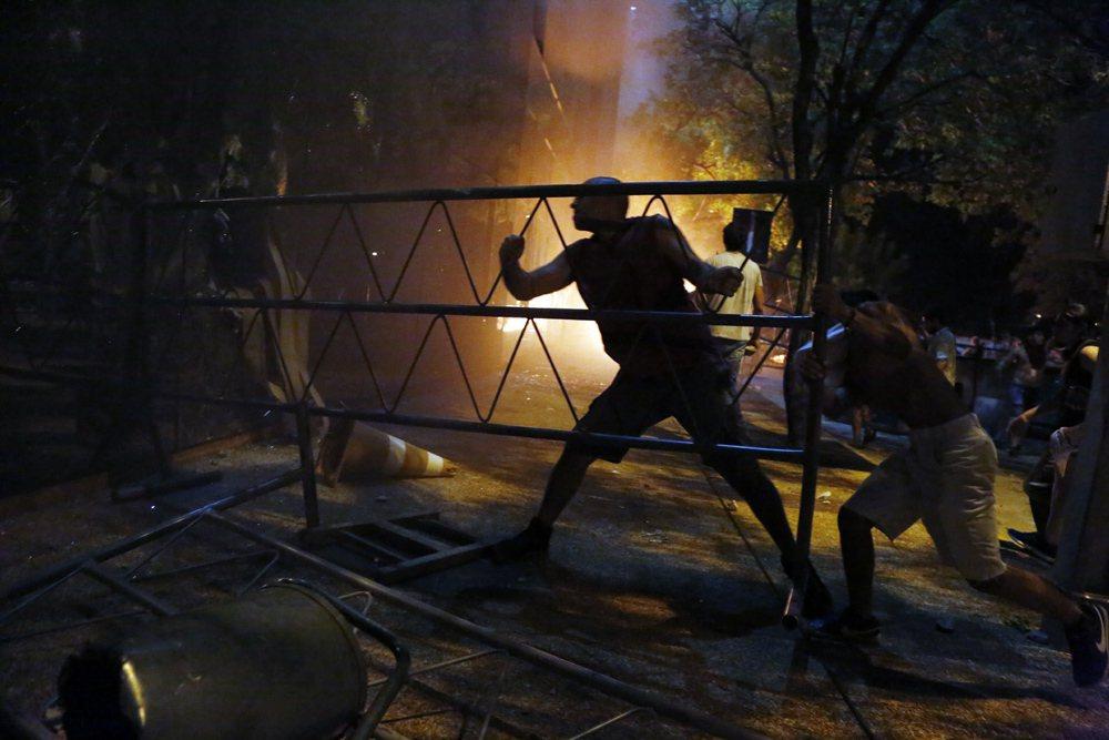 巴拉圭通過法案,允許總統競選連任,民眾不滿發生暴動。 美聯社