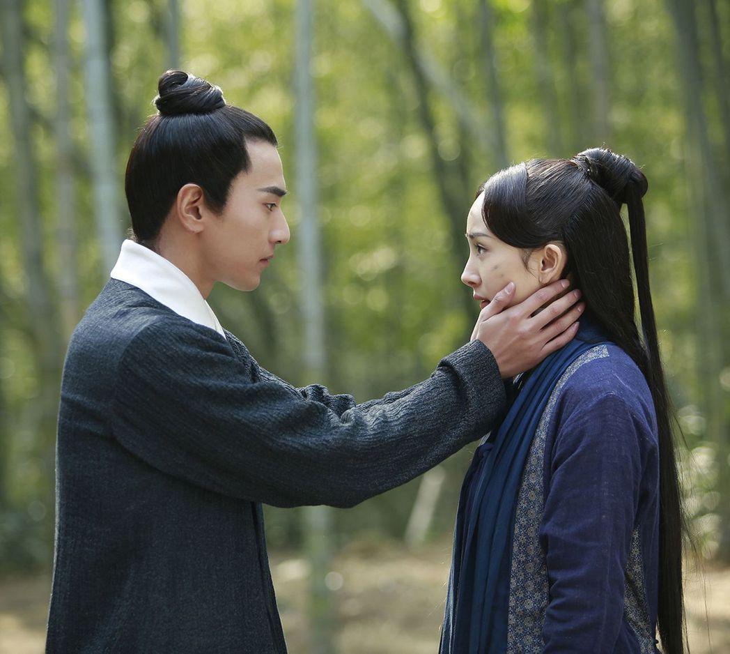 楊冪(右)和趙又廷主演的「三生三世十里桃花」,人氣相當火爆。圖/摘自微博