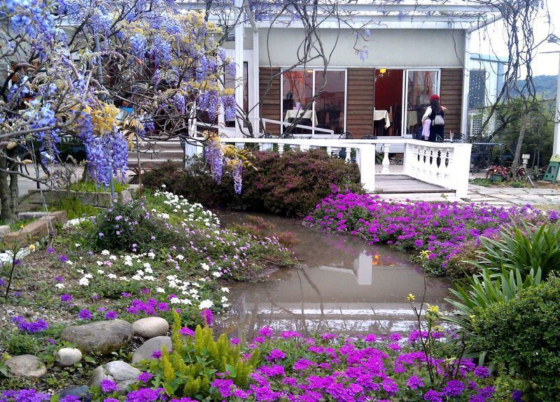 優美的庭園景觀,全由園主賴文鏗設計打造。(紫藤咖啡園提供)