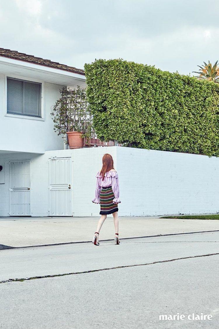 荷葉邊襯衫和彩色織紋裙都來自Blugirl,鞋履為Christian Loubo...