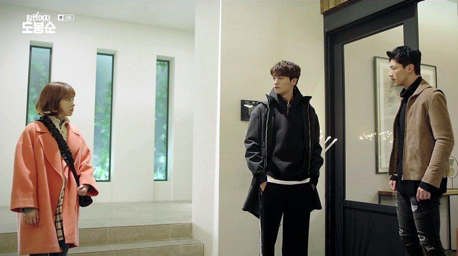 朴炯植在「大力女子都奉順」中穿帽T外搭外套。圖/擷自JTBC畫面