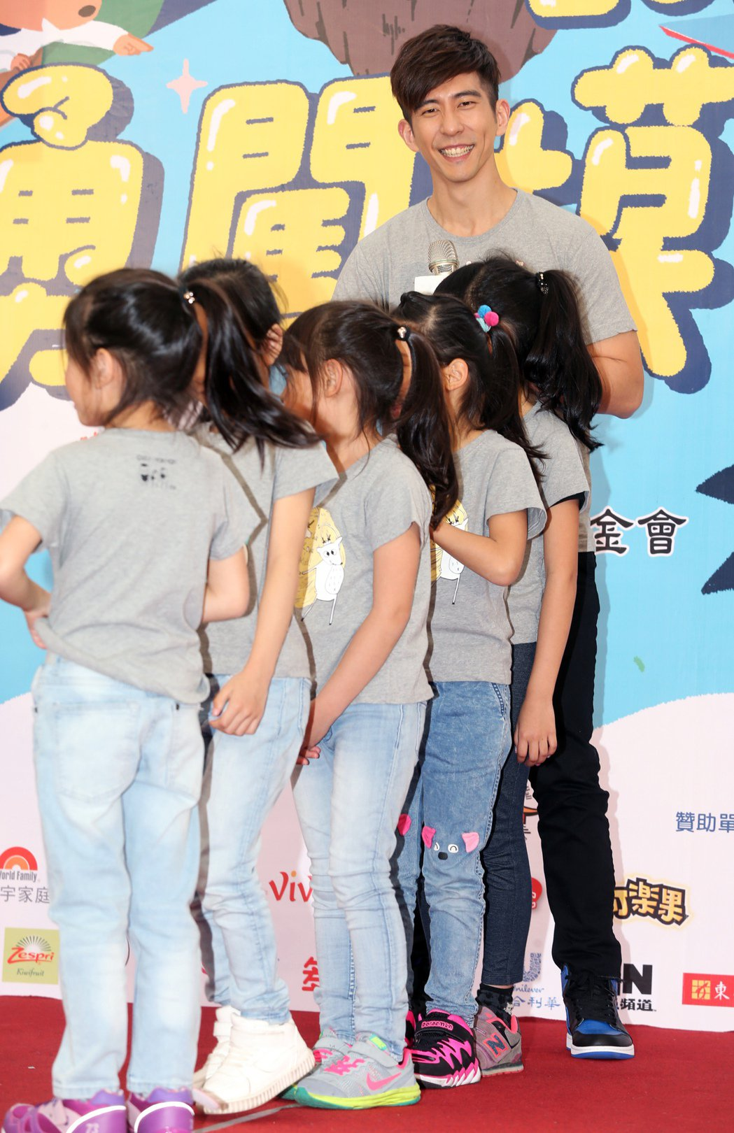 修杰楷出席活動與小朋友一起玩遊戲。記者徐兆玄/攝影