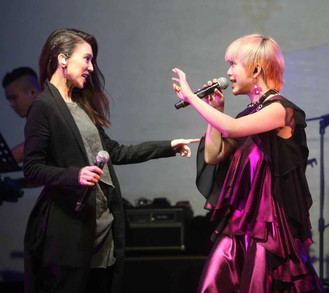 郭修彧(右)1日舉行抽象圖抽象音樂會,戴佩妮出席當嘉賓打氣。記者曾吉松/攝影