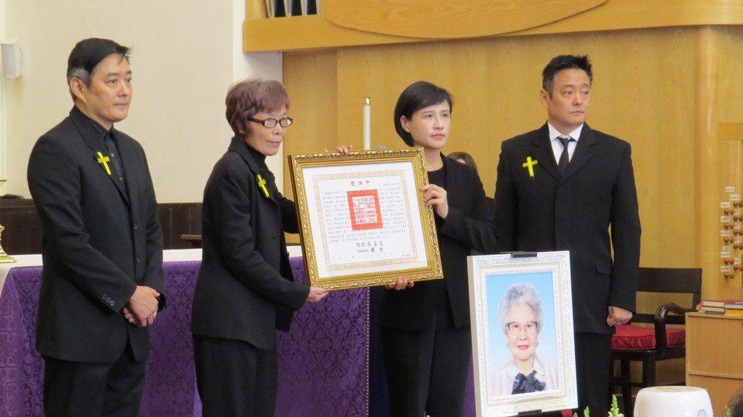 李志希、李志奇兄弟(左一、右一)與文化部長鄭麗君共同出席崔小萍的告別式。圖/國家...