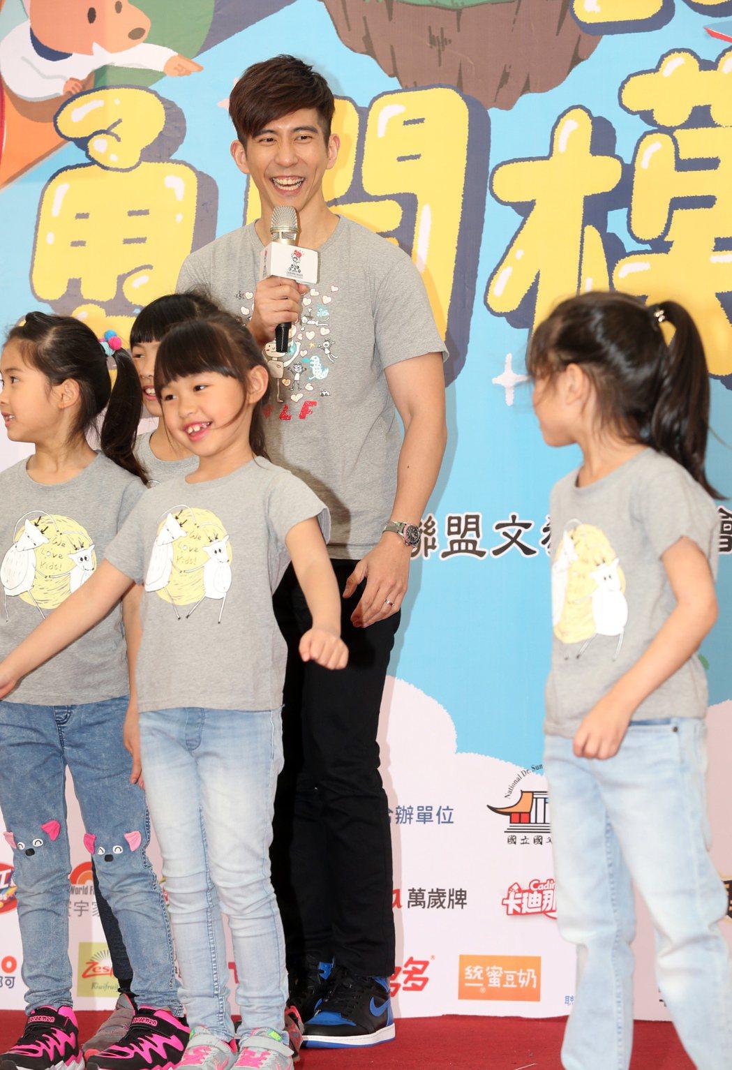 藝人修杰楷1日出席兒童福利聯盟在台北國父紀念館舉辦親子園遊會,與小朋友一起玩遊戲...