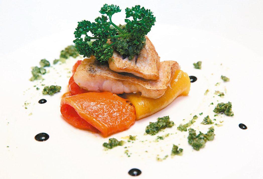 近海甘鯛佐沙爾莎凡蒂材料:甘鯛(馬頭魚)或任何白身魚、紅黃椒各一個、酒醋膏少...