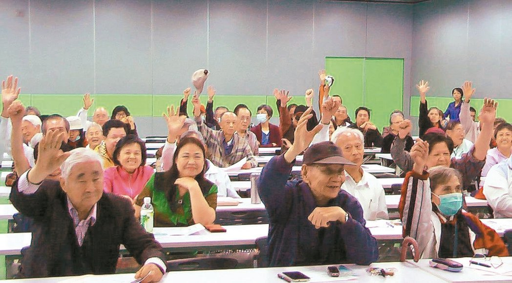 元氣講座高雄場的長輩參加有獎徵答,踴躍舉手回答。 攝影/徐兆玄、喻文玟、徐如宜