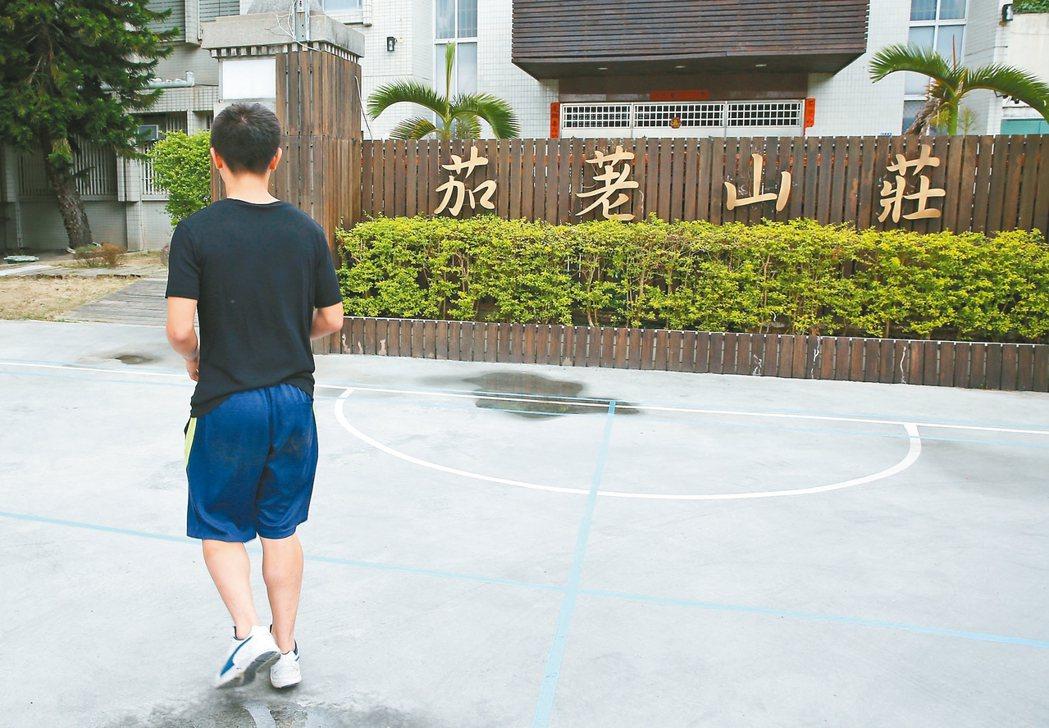 十八歲的「小量」曾經夢想當足球國手。國中染毒,今年四月被判保護管束,進草屯「茄荖...
