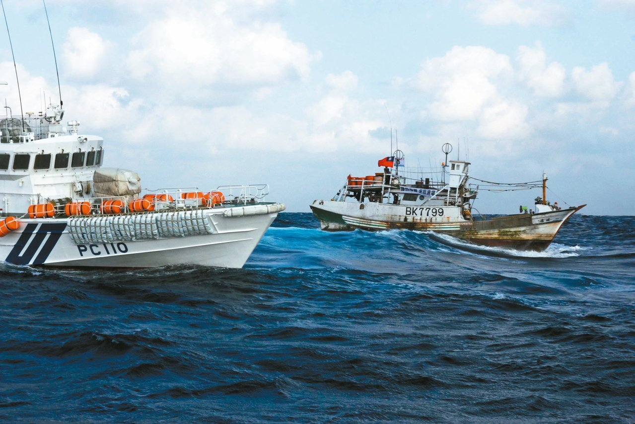 日本「產經新聞」指我國海調船去年八度未獲同意闖入釣魚台海域,歷年最多。圖為201...