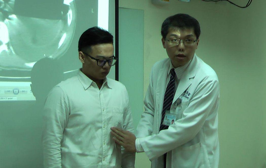 高醫胸腔外科醫師張博智(右)解說,這名橫膈膜疝氣病患的胃與脾臟從下方腹腔,擠進上...