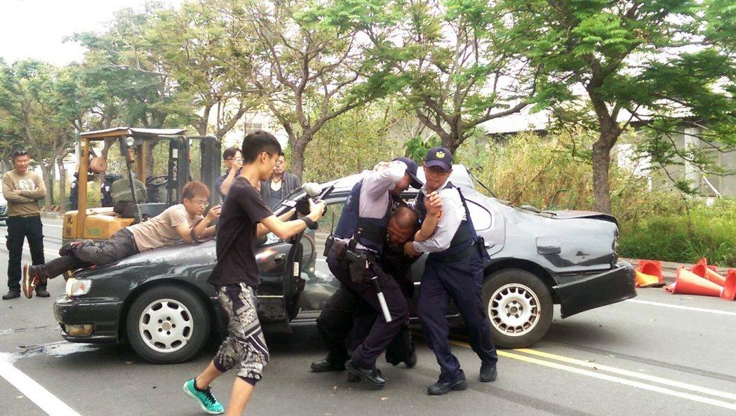 陳子強化身警員(右),演出警察的英勇。圖/劇組提供
