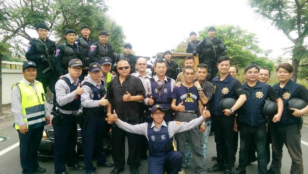 警方為了提升形象,邀請陳子強(中)團隊拍攝微電影,出動數十名警力參與。圖/劇組提