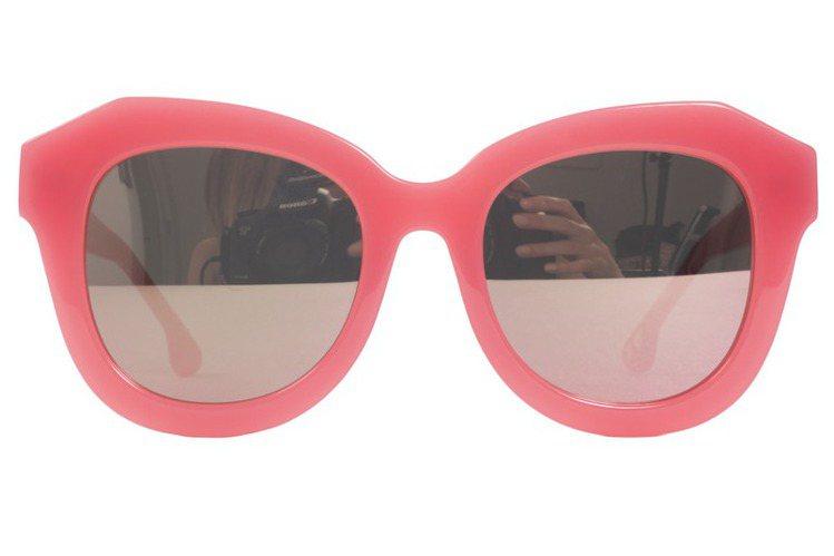 Alice+Olivia 霓虹粉鏡框太陽眼鏡,10,900元。圖/Alice+O...