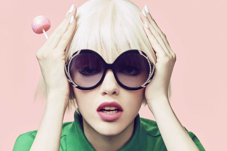 Alice+Olivia找來紐約眼鏡品牌eponym合作,首度推出太陽眼鏡系列。...