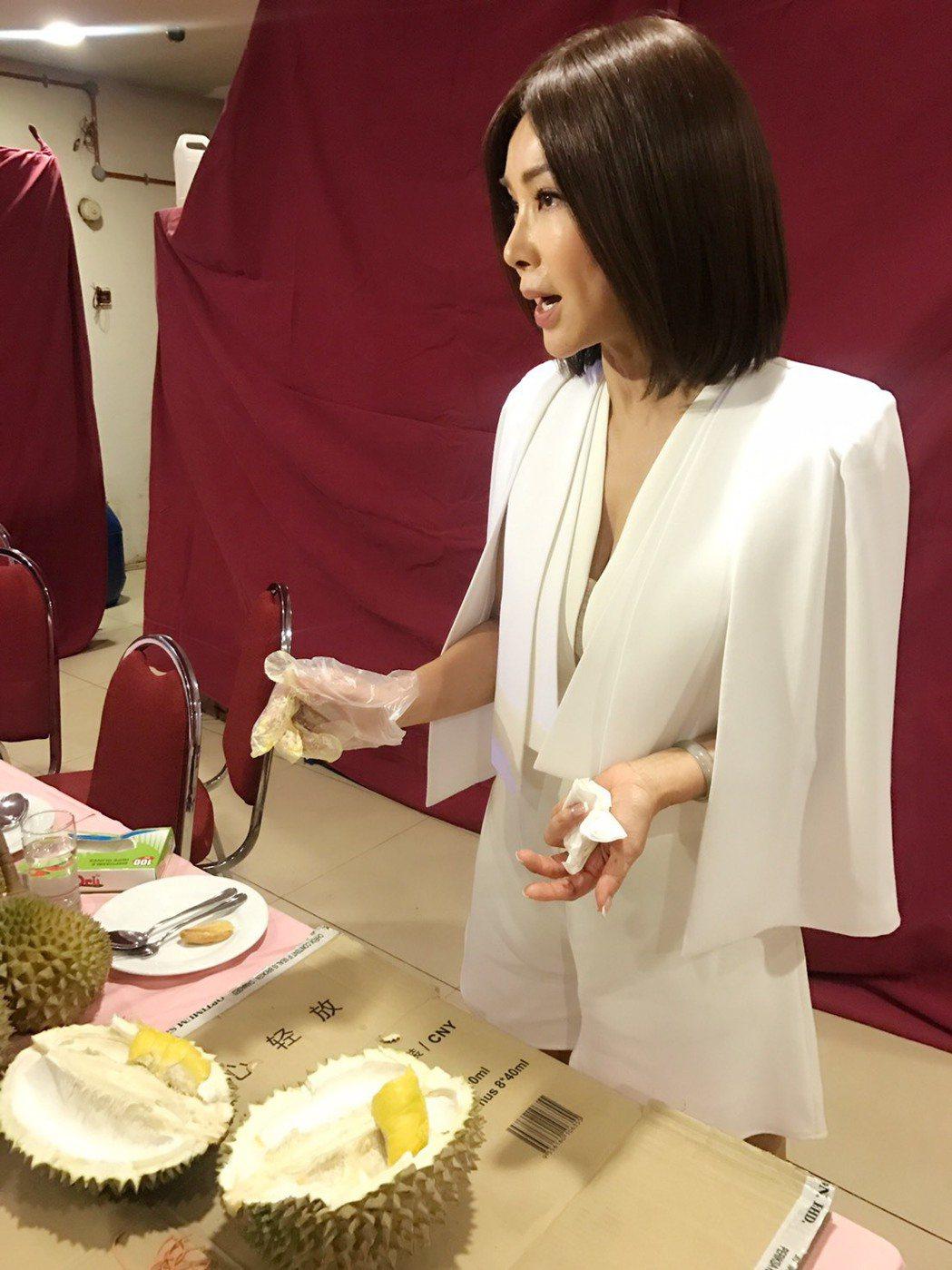 陳美鳳收到友人送的榴槤,開心得不得了。圖/民視提供