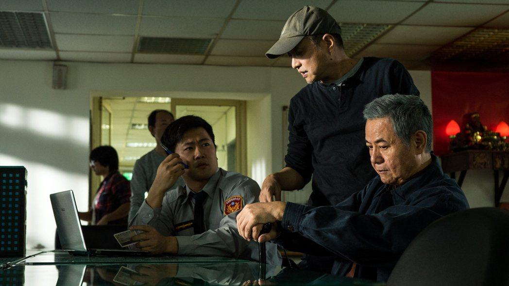 導演鄭文堂(中)拍攝劇中蔡振南在派出所一景。圖/民視提供