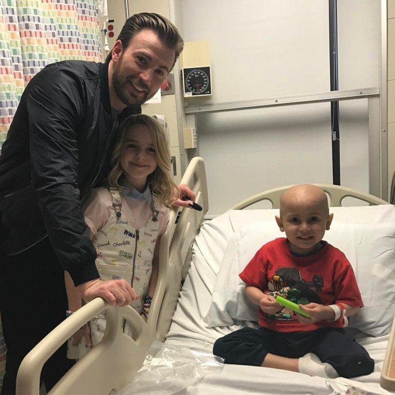 克里斯伊凡(左)與童星麥肯娜葛雷斯一起到洛杉磯兒童醫院去探視病童們。圖/摘自IG