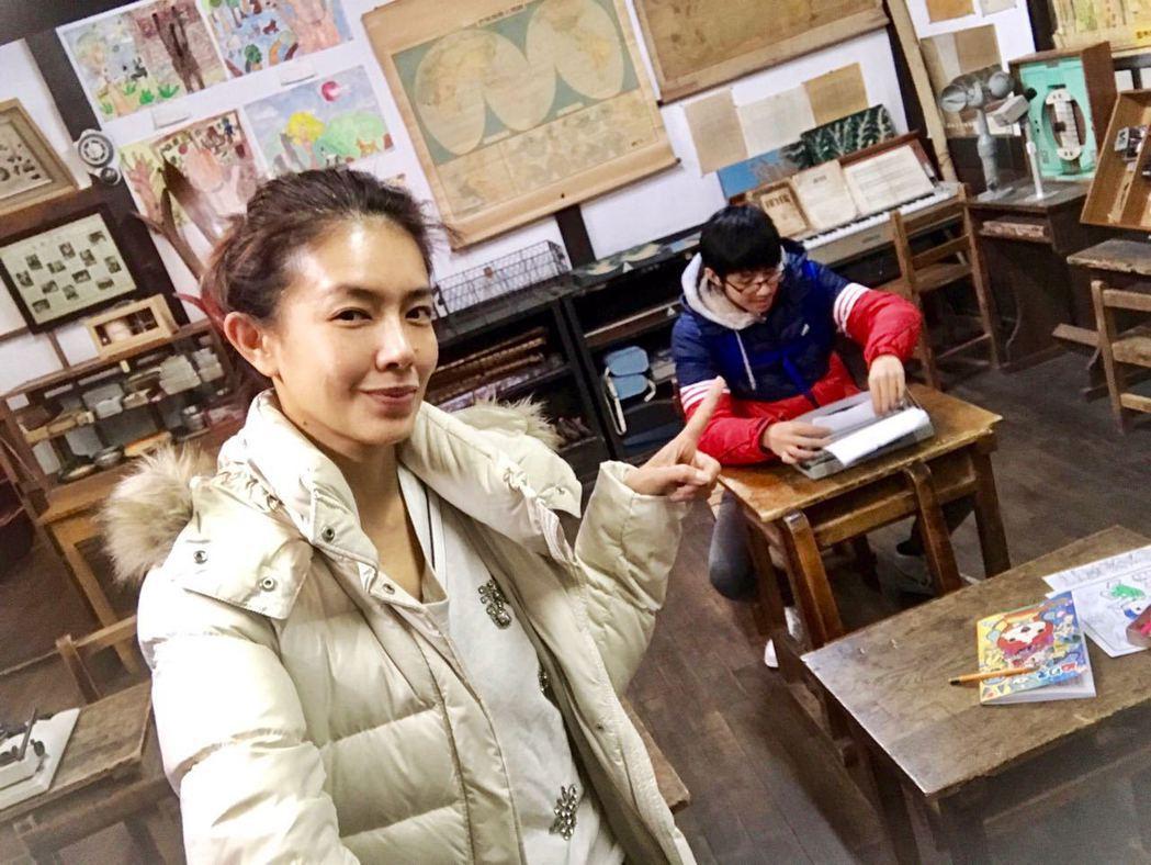 林美貞和兒子在昭和館,懷舊場景重現。圖/艾迪昇提供