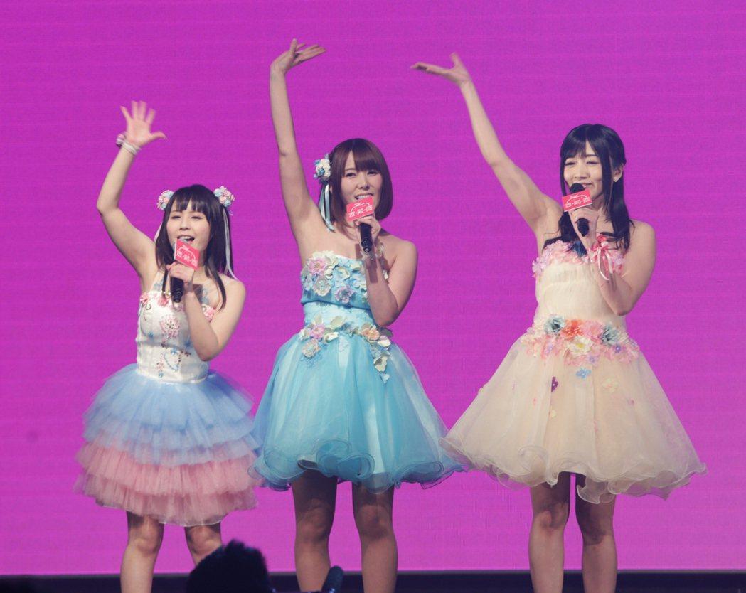 日本女優佳苗琉花(左起)、波多野結衣與大槻響昨天來台會粉絲。記者程宜華/攝影