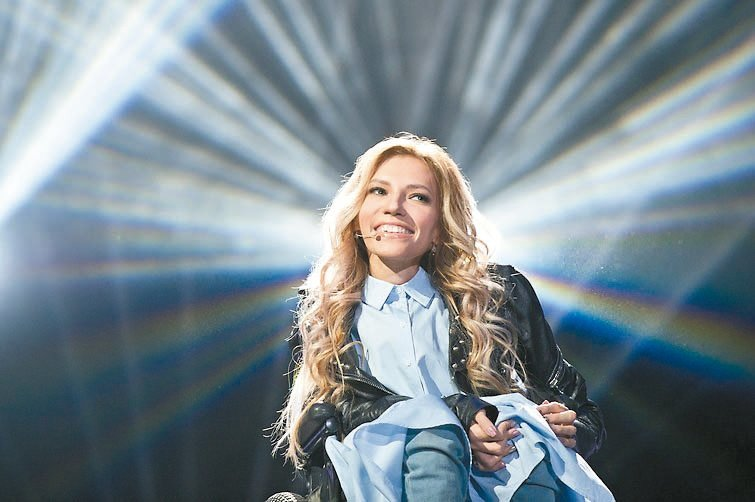 俄羅斯「輪椅歌手」尤莉雅.沙莫洛瓦演唱「火焰正在燃燒」。 歐新社