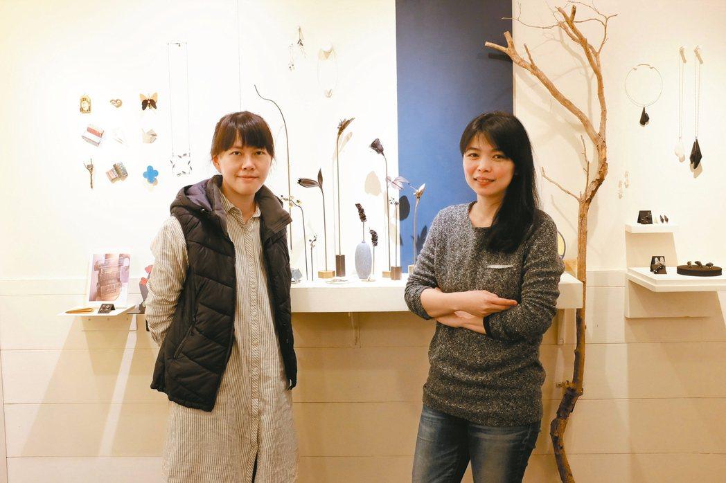 洪佩琦(左)和曹婷婷熱愛金工,期盼能讓人們了解藝術不遙遠,藝術也能走入生活。 圖...