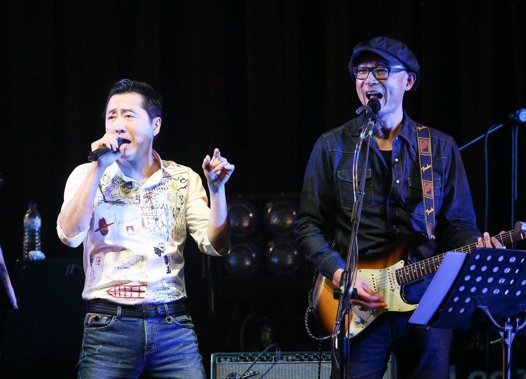 王治平(右)在華山Legacy舉辦個人首次售票演唱會,哈林庾澄慶(左)擔任嘉賓,...