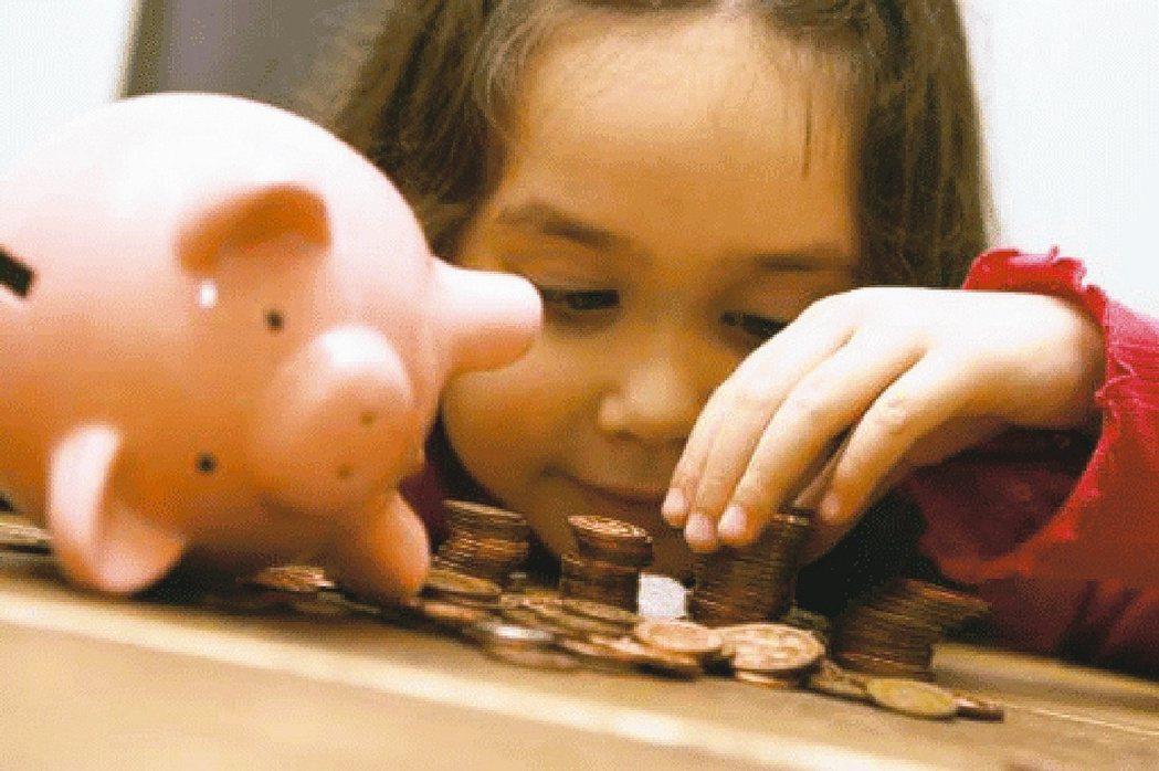 多家銀行推出兒童專屬存摺或理財帳戶,讓爸媽幫孩童自小規劃理財,不用政府補助,也能...
