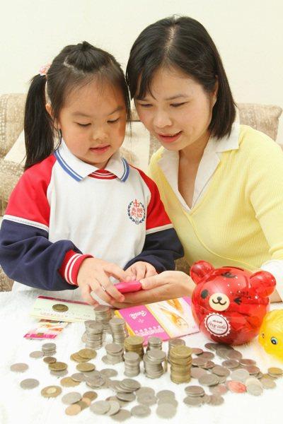 不少家長選擇開個兒童存摺,讓小朋友學習累積自己人生的第一桶金。 記者高智洋/攝影