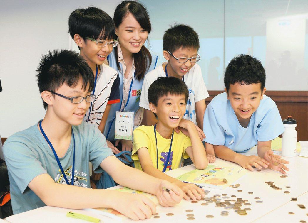 親子理財從小開始,教導小朋友認識金錢相關知識,培養正確理財觀念。 圖/報系資料照