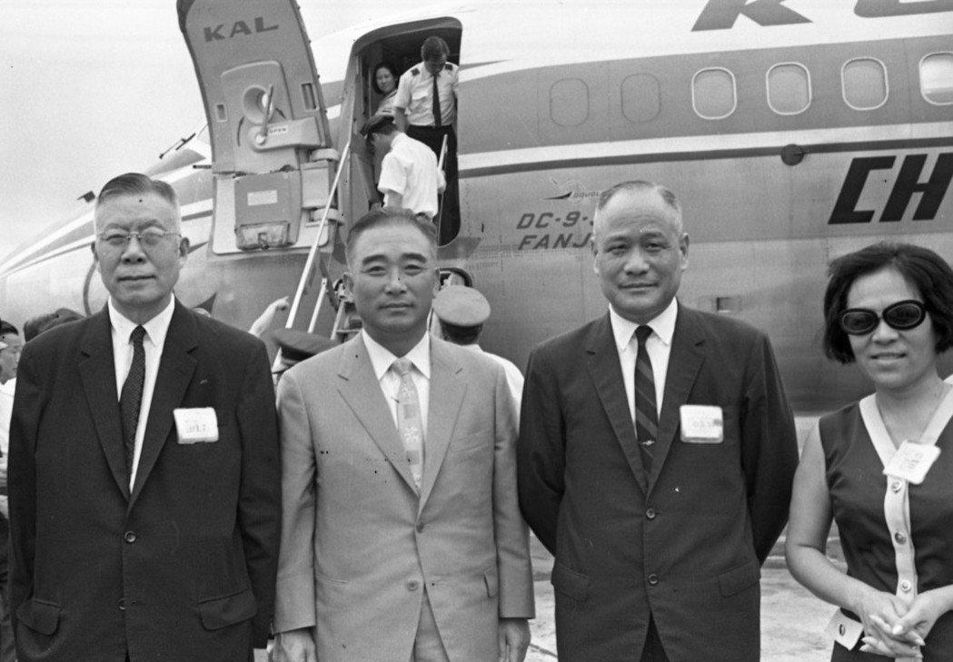 張其昀(左一)擔任國民黨秘書長時,是黨工薪水最風光的時候。 圖/報系資料照