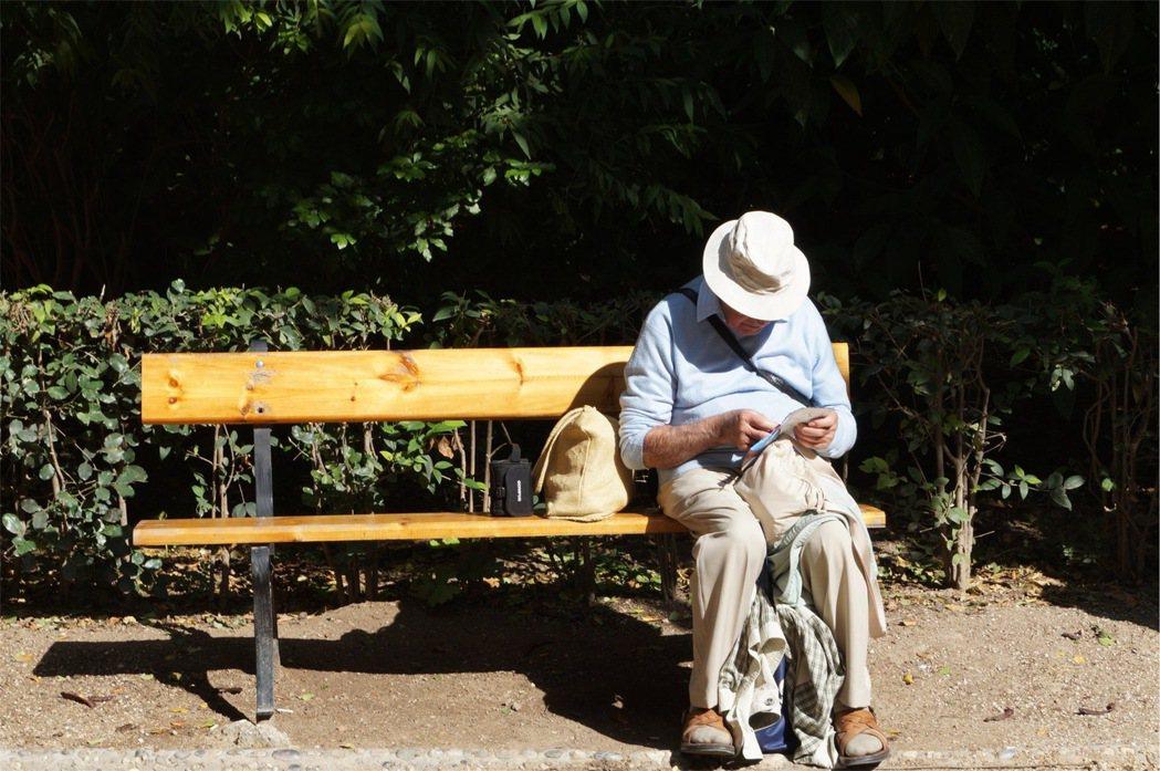 台灣人口快速老化已步上日本後塵,世新大學社會心理主任詹昭能預期,「老人婚活風」5...