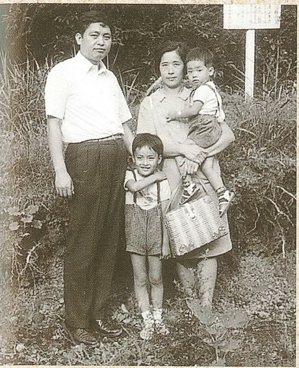 戴國煇、林彩美與長子、次子合照。攝於神奈川縣川崎市生田住宅附近,1967年夏。圖...