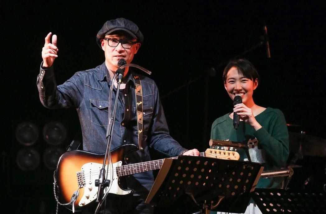 王治平今天在華山Legacy舉辦個人首次售票演唱會,與女兒王若琳同台合唱。記者余
