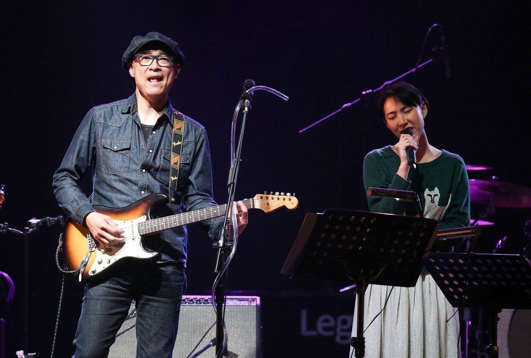 王治平今天在華山Legacy舉辦個人首次售票演唱會,與女兒王若琳同台合唱。記者余...