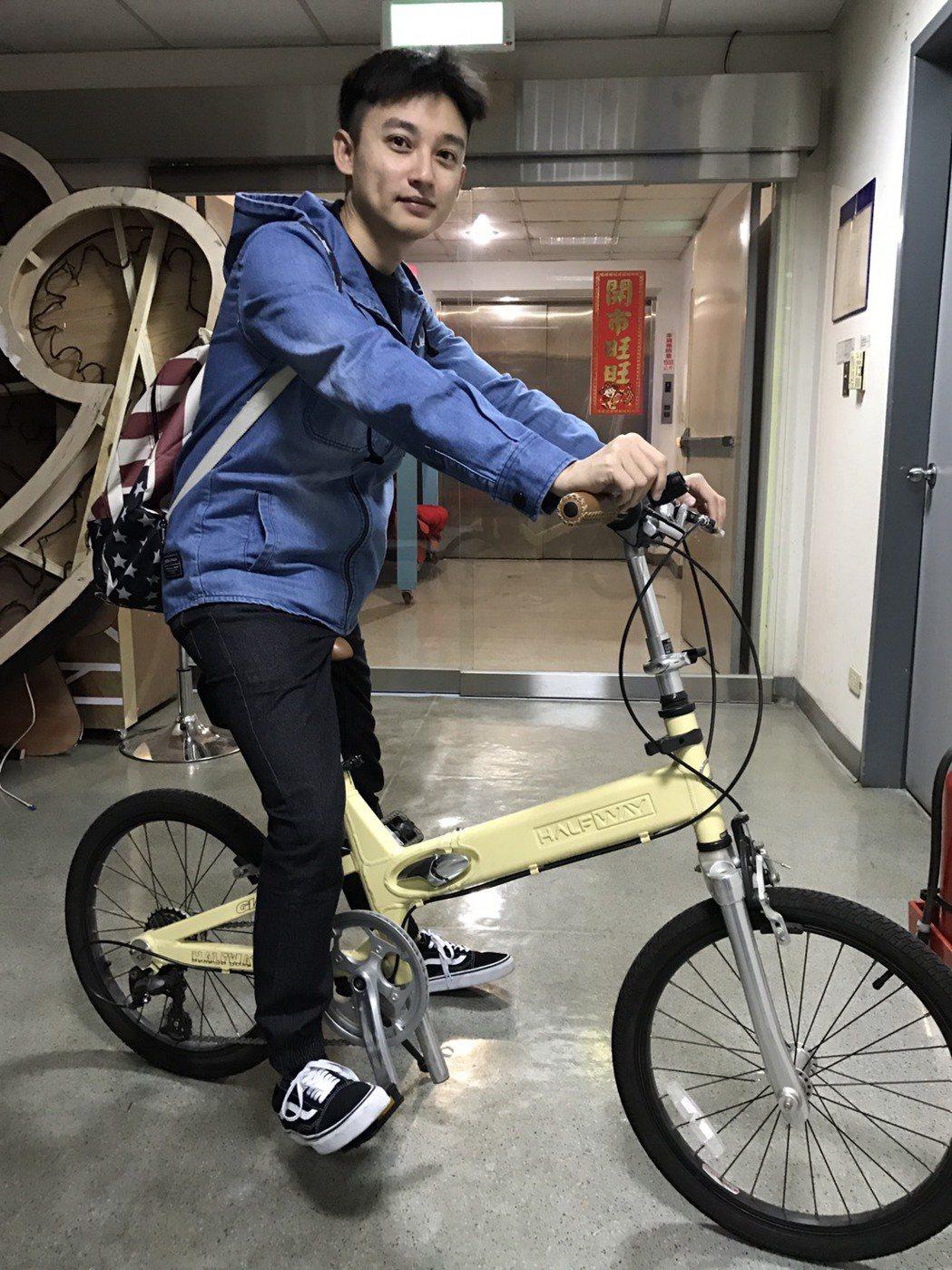 Eason騎自行車跑通告。記者葉君遠/攝影