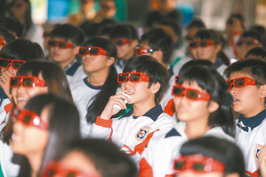 中信反毒宣導前進社頭國中,同學們好奇使用3D眼鏡觀看影片。 記者黃仲裕/攝影