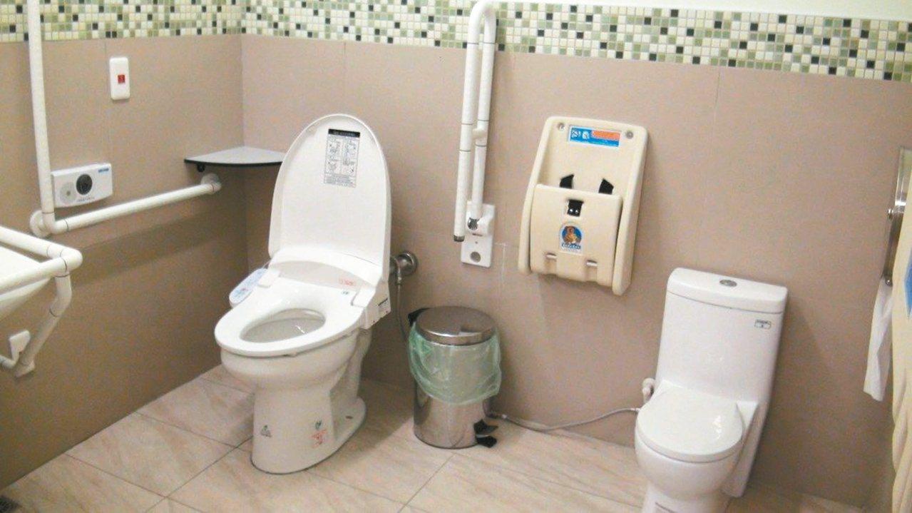 高雄觀光局為友善穆斯林遊客,在壽山動物園廁所內,加設可淨下沖水的免治馬桶。 本報...