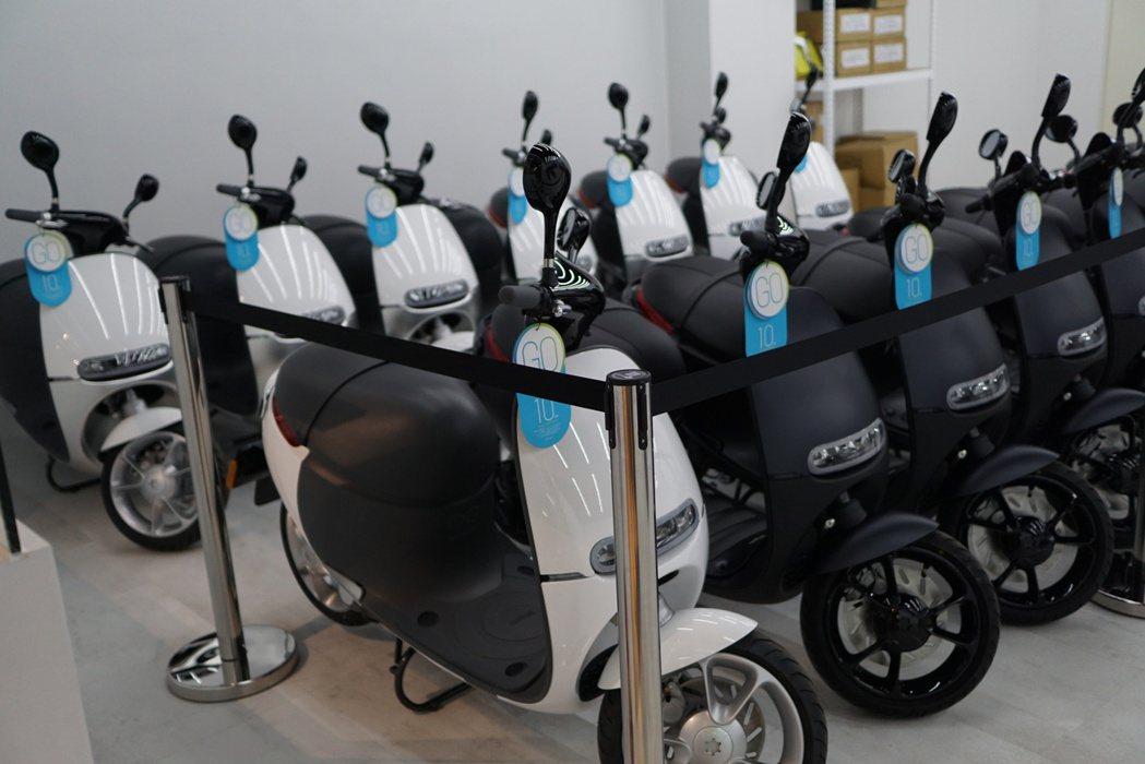 北市府逐年汰換傳統汽油機車,將採購142輛重型電動機車,不過台北市議員周柏雅質疑...