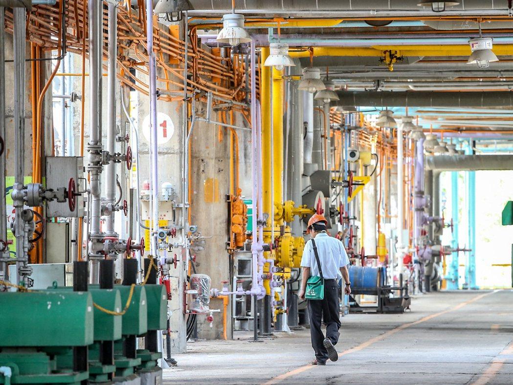 煉油廠操作性技術人員,還是男性占多數。 圖/報系資料照