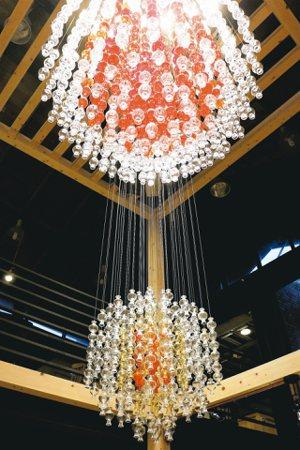 琉園推出品牌旗艦店「tittot space」,透過大型琉璃裝置藝術與大型琉璃傢...